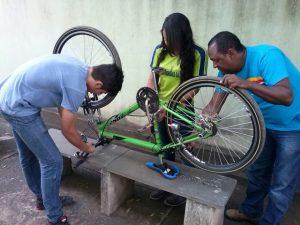 Professor e aluno na montagem da bicicleta inteligente, criada para dar mais segurança a quem usa o veículo como meio de transporte.