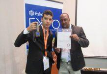 Professor Giezi Américo Reginaldo e seu aluno Izaias Diniz França Neto exibem medalha conquistada na África do Sul