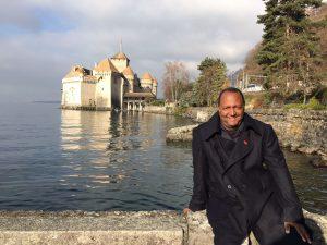 Professor Geizi na Suíça, onde foi conhecer o maior acelerador de partículas do mundo. Foto-Divulgação