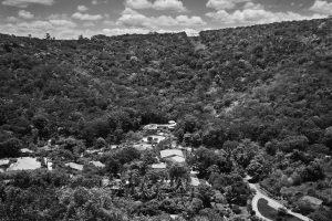 Foto tirada por Sebastião Salgado em 2013 mostra que área que estava totalmente degradada em 1998, está plenamente recuperado