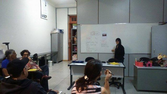 Pâmela Thais, aluna do curso de Pedagogia da UFSJ, dá aula para adultos que só agora tiveram oportunidade de aprender a ler e a escrever. Foto - Divulgação