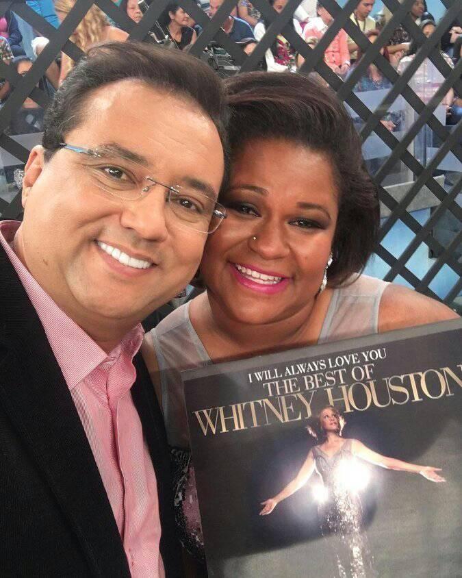 Tainara Cristina, ex-gari, ao lado do apresentador Geraldo Luis, da Rede Record, logo após se apresentar no programa Domingo Show. Foto -