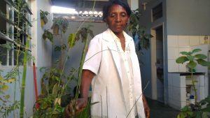 Cida diz que está ficando cada dia mais difícil encontrar plantas medicinais para produzir medicamentos. Foto - arquivo pessoal