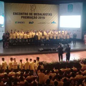 Alunos de todas as escolas mineiras que receberam medalha de ouro no Theatro Municipal, no Rio de Janeiro. Foto - Divugalão