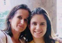 A estudante Dávila Meireles com a mãe, Vilma Meireles, recebendo sua quarta medalha de Ouro da Obmep - Foto - Arquivo Pessoal