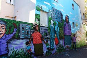 Dagson Silva ao lado de um dos trabalhos que ele executou em um prédio da cidade de Lyon.