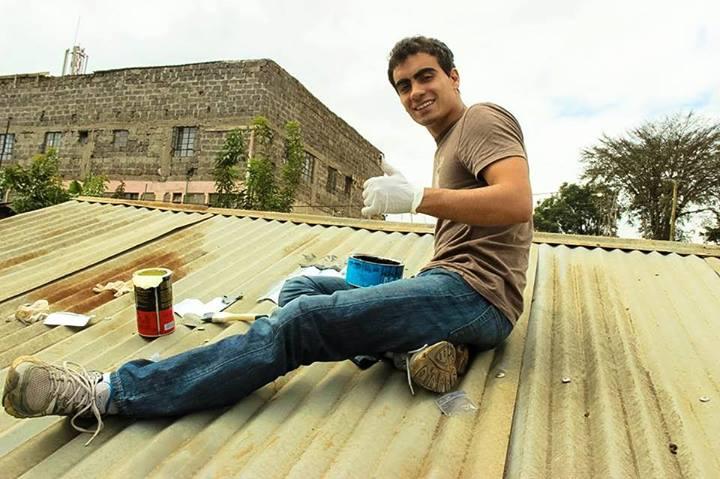 Vitor Belota prepara garrafa pet para ser instalada em residência sem energia elétrica. Fotos - Litros de Luz - Divulgação