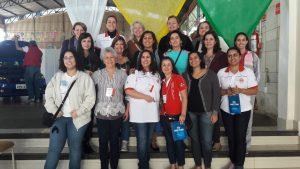 Bárbara com um grupo de alunas do seu curso de mecânica para mulheres