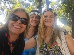 A artista Estella Cruzmel (à esquerda), ao lado de duas contadoras de história do projeto Santa Leitura - Fotos - arquivo pessoal