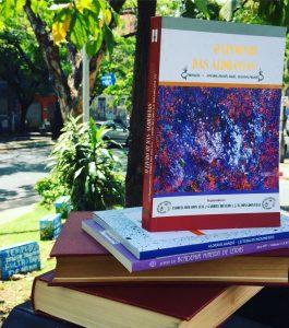 Livros sno banco da praça Salvador Morici, na Floresta, que são doados pelo Santa Leitura