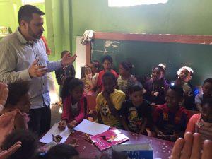 O Padre Márcio Ribeiro de Souza ajuda artista a conseguir doações de livros infantis