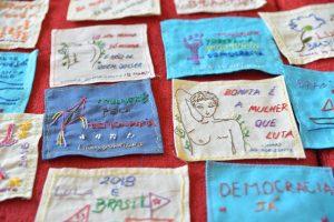 Bordados com mensagens políticas feitas pelo grupo Marisas serão exibidos na manifestação na Praça Sete. Foto - Assembleia Legislativa/divulgação