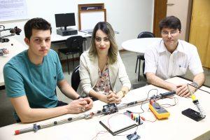 Franciele com professor Maury Meirelles (dir.), orientador da pesquisa, e o aluno Alexandre Neumann (esq.) mostram primeira versão da bengala