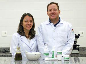 A pesquisadora Adriane Franco e o professor Camilo de Carvalho mostram alguns dos produtos feitos à base do extrato de pau-jacaré. Foto - Divulgação UFV
