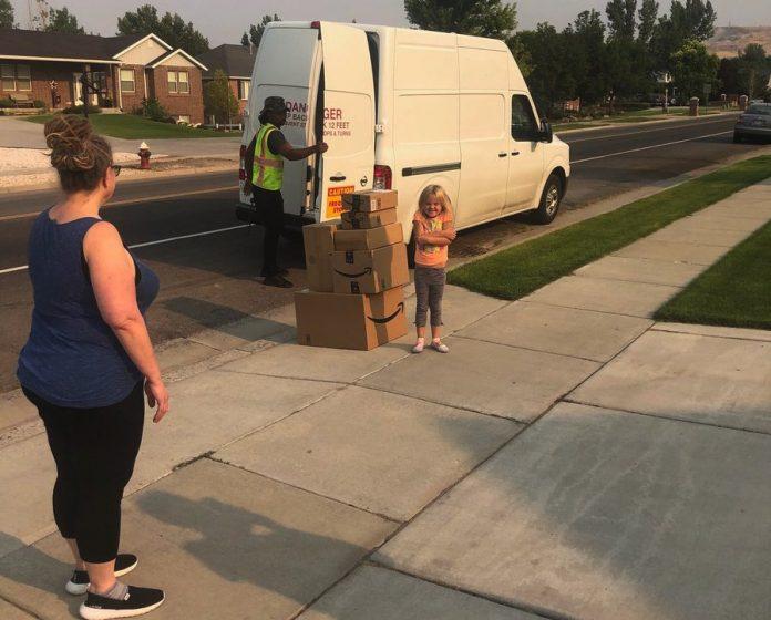 A menina de 6 anos recebe brinquedos e a boneca Barbie