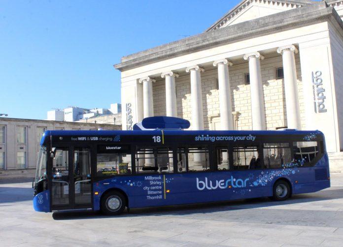 Ônibus sustentável começa a circular na Inglaterra