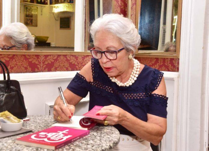 Jornalista Esteliam em noite de autógrafo do seu novo livro, Em Nome da Filha, em Recife. Fotos - Beto Oliveira
