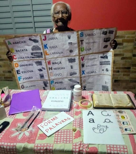 Dona Duzinha. 104 anos, é aluna aplicada e já consegue escrever o nome. Foto - Divulgação