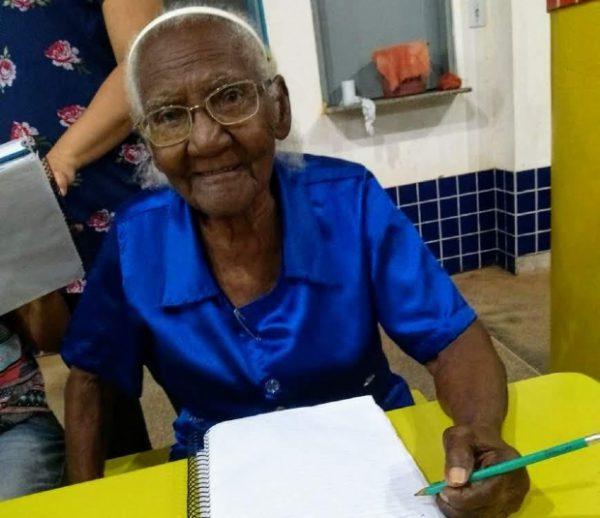 Dona Duzinha, que é mineira e hoje mora no Mato Grosso, decidiu estudar com 104 anos para ler a bíblica. Foto - Divulgação