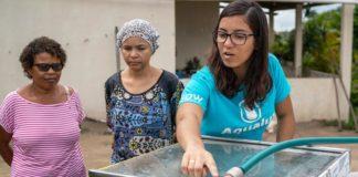 A jovem baiana Anna Luisa ao lado do seu invento, o Aqualuz, que usa radiação solar para deixar água de chuva potável.