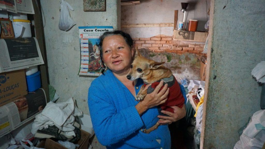 Dona Dinéia, com um dos seus cachorros, terá sua casa reformada pela equipe da Reparação.