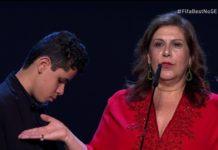 Sílvia Grecco, ao lado do filho Nickollas, ao receber hoje (23-09), em Milão, o título de Melhor Torcedora do Mundo, concedido pela Fifa. Foto - Fifa-Divulgação