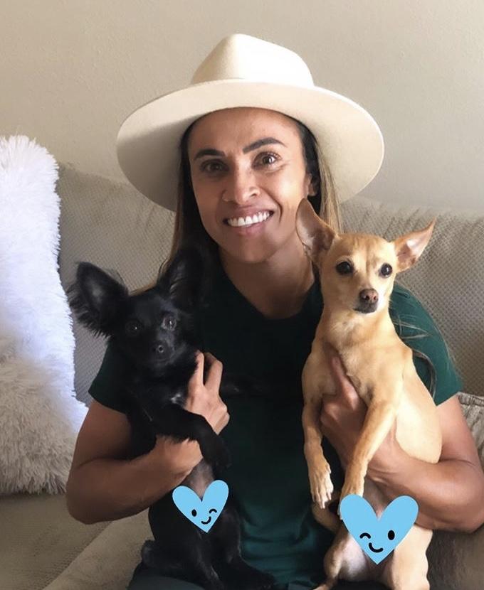 Marta com seus cachorrinhos de estimação: Zoe e Zeca