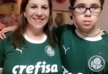 Silvia, por narrar os jogos do Palmeiras para o filho Nickolas. que é deficiente visual, concorre ao prêmio de torcedor símbolo da Fifa. Foto - Fifa-divulgação