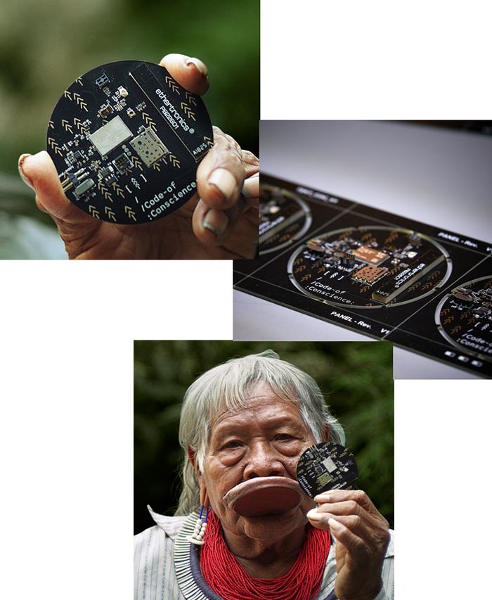 Cacique Raoni exibe chip do Código da Consciência