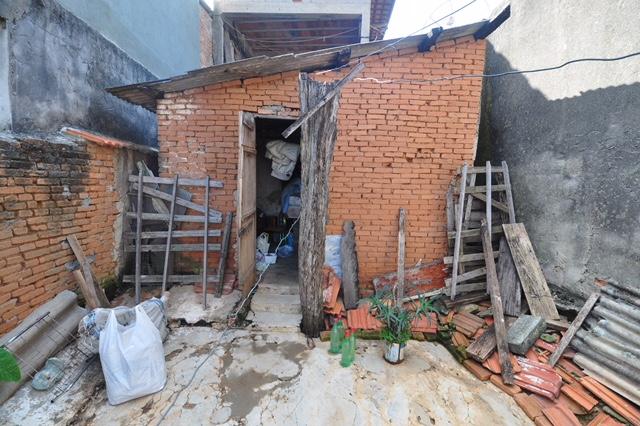 O barracão onde mora dona Dinéia hoje, que será reformado pela ONG Reparação
