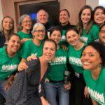O maestro Isaac Karabtchevsky com músicos do coral Cantareiros no hospital Pró-Cardíaco, no Rio de Janeiro. Foto - Cantareiros/Reprodução