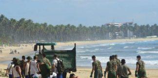 Homens do Exército começaram hoje (22-11), em Pernambuco, trabalho de limpeza das praias atingidas por manchas de óleo.