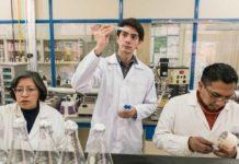 O jovem Mexicano Javier Larragoiti com dois profissionais de sua empresa, Xilinat, que produz xilitol de espigas de milho descartadas. foto - Xilinat-Divulgação
