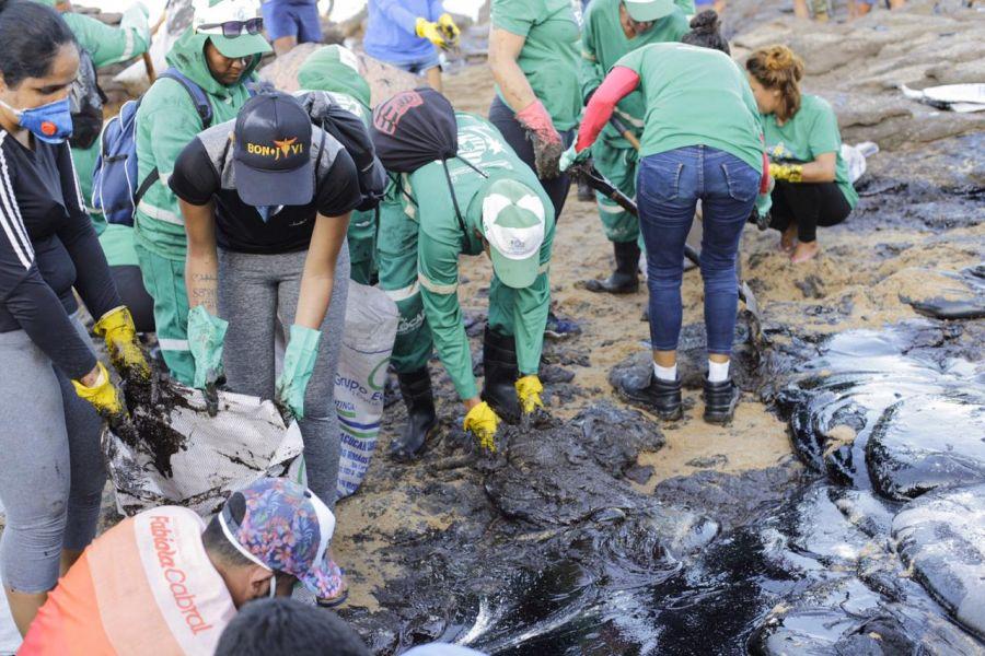 Voluntários de Pernambuco se juntaram para limpar uma das praias do estado atingidas pelas manchas pretas de óleo. Foto - Prefeitura de Cabo - Divulgação