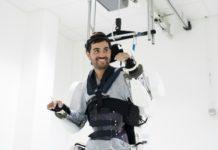 Thibault, francês de 30 anos, que é tetraplégico, conseguiu voltar a andar com a ajuda de um exoesqueleto. Fotos: HO / Clinatec Endowment Fund/ AFP