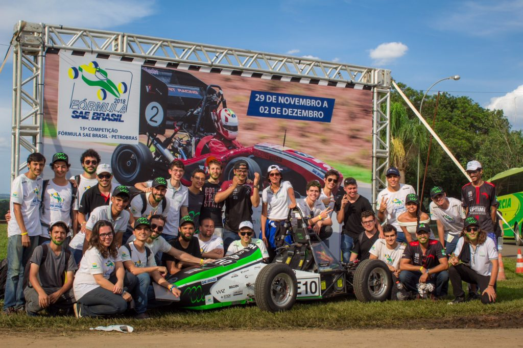 Integrantes da equipe Fórmula Tesla na 15ª Competição Fórmula SAE Brasil, quando conquistou o vice-campeonato