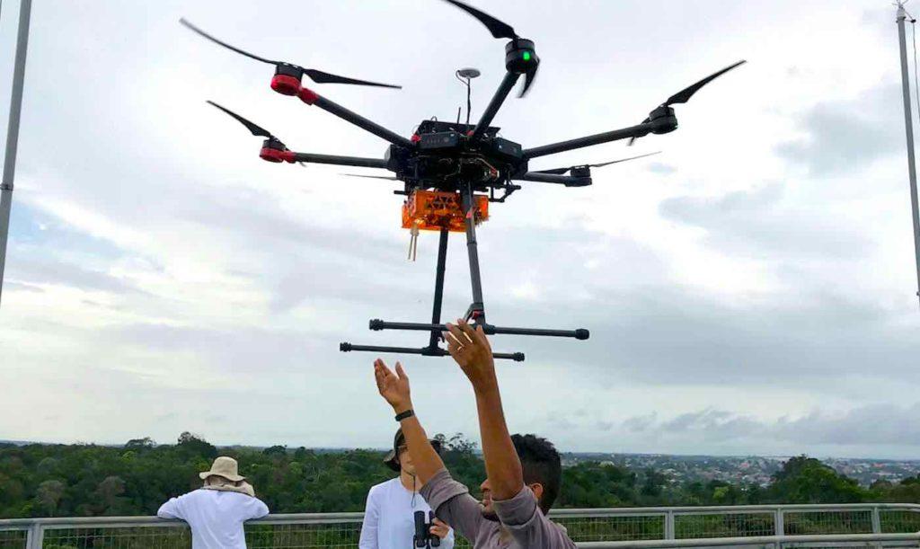 Drones são liberados do alto das torres de observação que existem na floresta