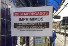 Em frente à Papelaria do Alemão, placa informa que desempregados podem imprimir currículo de graça. Foto - Facebook - Danilo Rafael