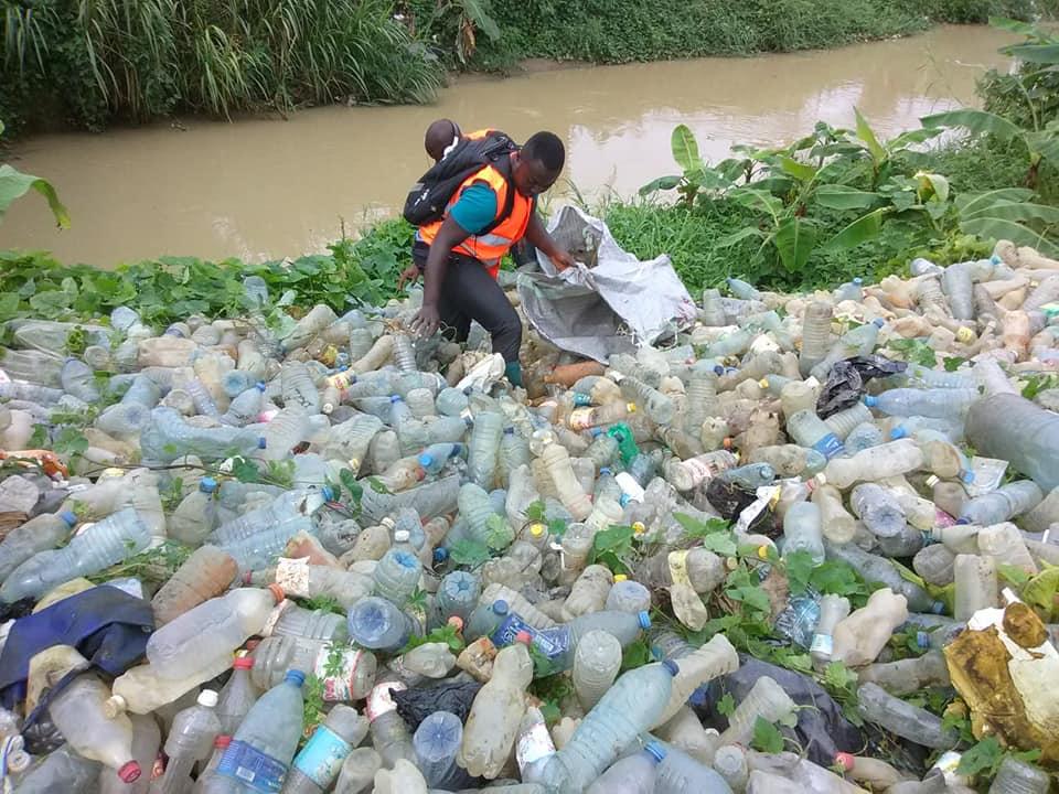 Garrafas pet recolhidas no lixo em Camarões servem para fazer canoas e até casas