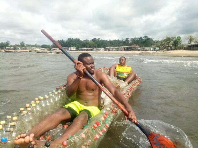 Ismael Ebone testando sua canoa feita de garrafas pet com um amigo. Foto - Madiba&Nature-Facebook