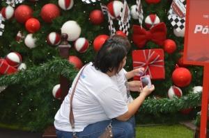 Mãe tira foto com filho autista em shopping de Campo Grande