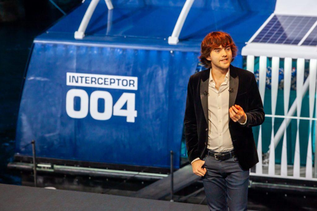 O jovem holandês Boyan Slat no lançamento do the Interceptor em outubro do ano passado, em Roterdã