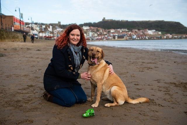 Fliss Cater e Molly, uma fêmea de labrador que se tornou atração por recolher lixo nas praias de Scarborough, Inglaterra. Fotos = SWNS