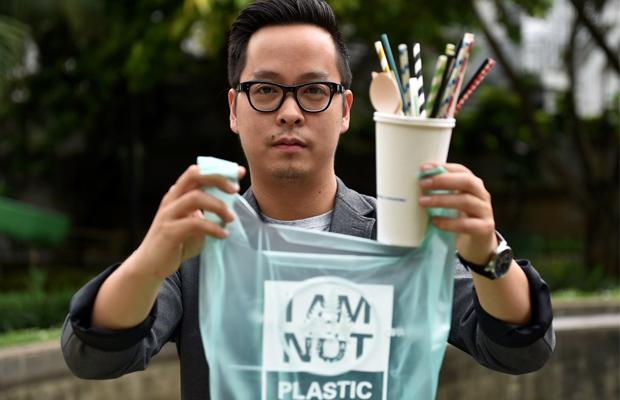 Biólogo Kevin Kurmala exibe sacola de plástico e outros produtos feitos à base de mandioca. Foto - Redes Sociais - Avani Eco