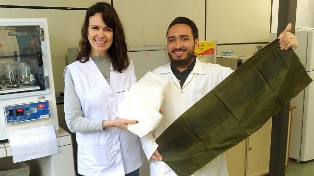 Professora Michele Rigon Spier e estudante de pós-graduação Luis Alberto Garcia integram equipe do estudo que usa matéria-prima renovável para embalagens. Foto: Divulgação