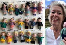 Professora Ingeborg Van der Duin com os bonecos de seus 23 alunos, que ela tricotou, e também com o seu. Foto - Ingeborg Van der Duin-arquivo pessoal
