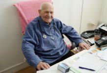 Médico Christian Chenay, 98 anos, continua atendendo seus pacientes em casa de repouso de Paris. Foto - Redes Sociais
