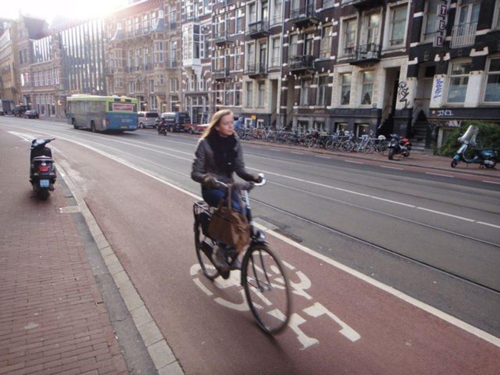 Prefeitura de Paris e governo francês estão incentivando o uso das bikes
