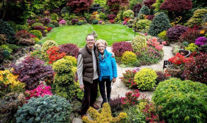 O casal Tony e Marie, no jardim que cultivam desde 1982 e que explodiu em cores na primavera