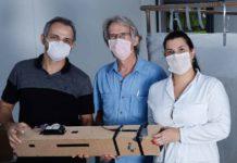 Os pesquisadores Alexandre Leão, Gregory Kitten e Thalita Arantes com o protótipo do equipamento para eliminar do ar o coronavírus. Foto - Alexandre Leão-arquivo pessoal
